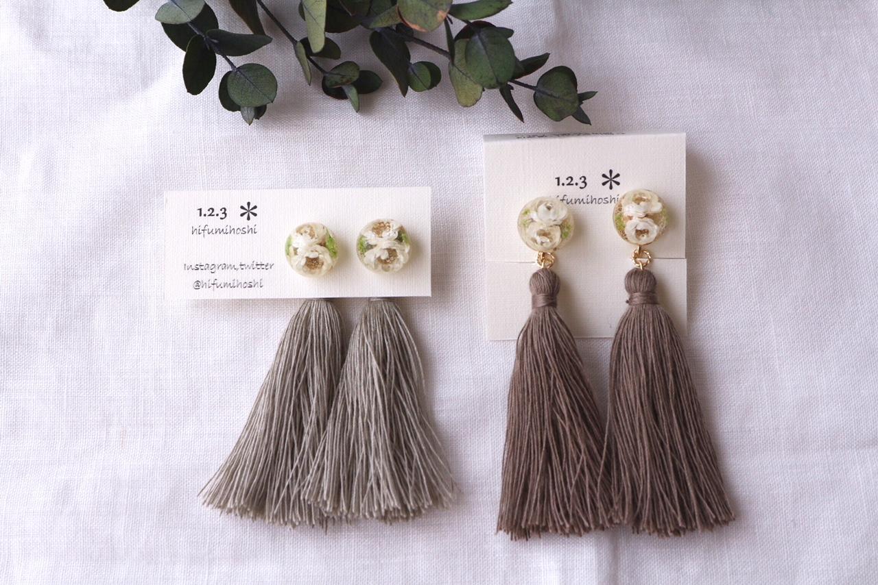 大人の休日にふんわりやさしいお花の耳飾り。