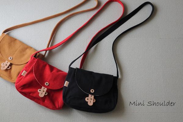 小さめだけど収納力のある、丸みが可愛いミニショルダーバッグ。