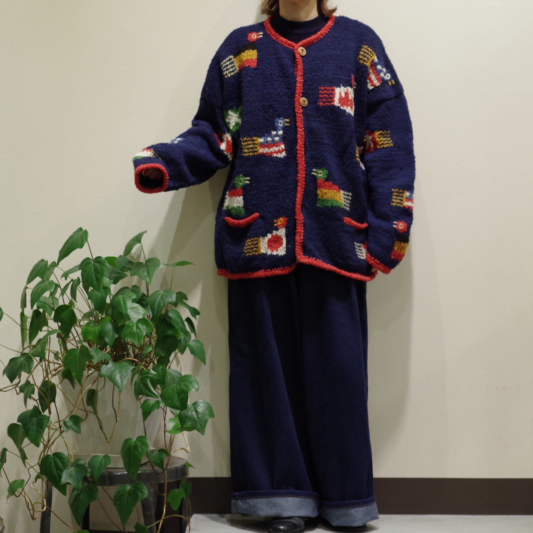 フラッグが可愛く編み込まれたカーディガン