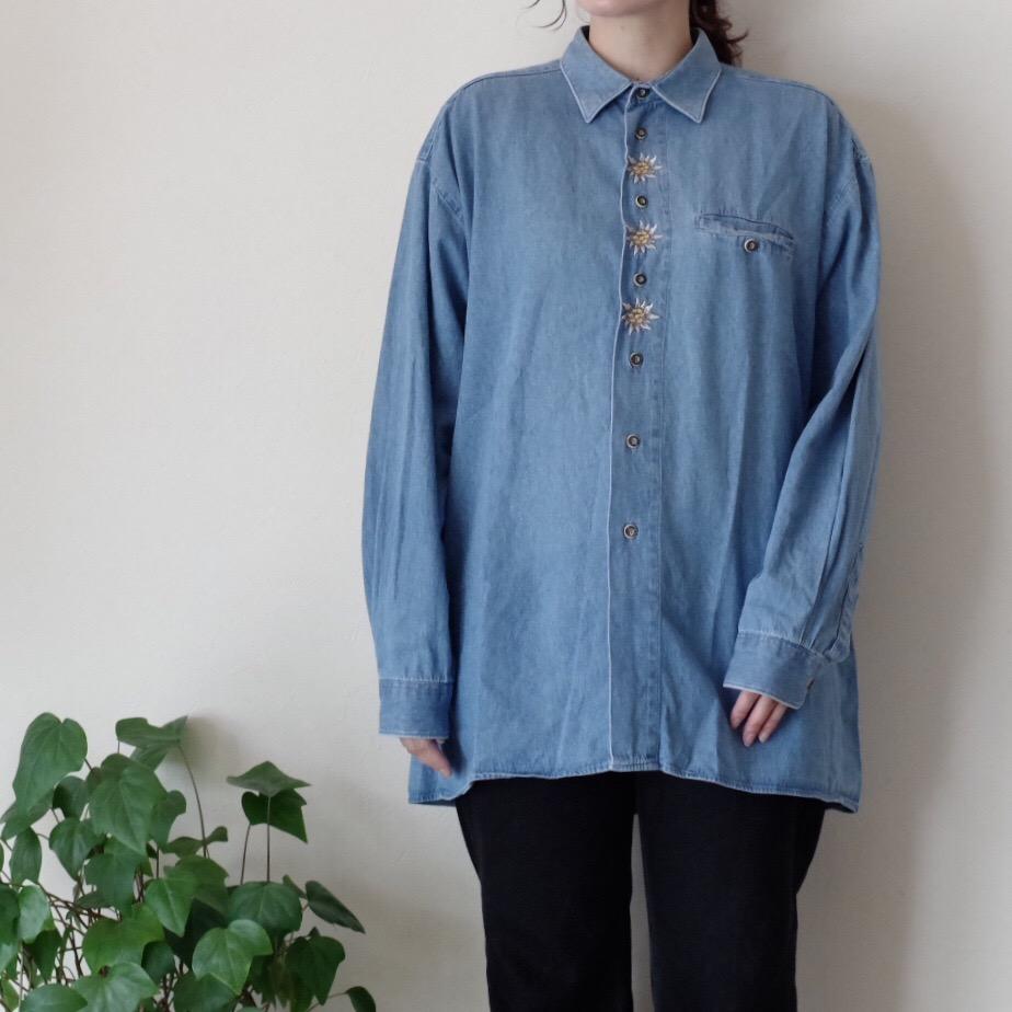 小さな刺繍のデニムシャツ