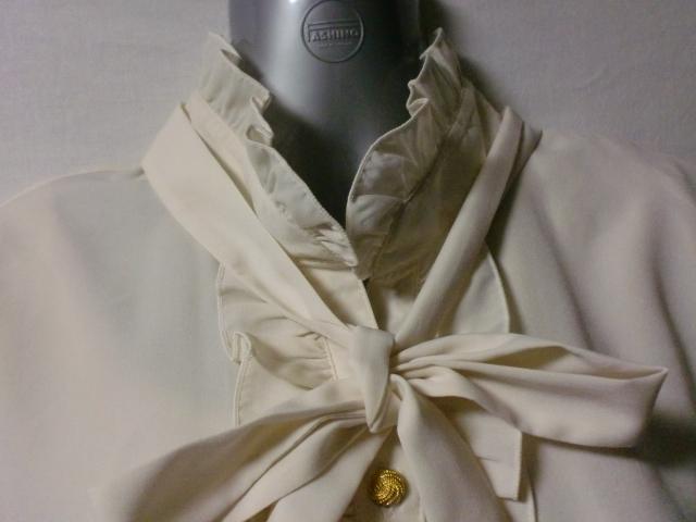 おしゃれな古着 王道のボウタイ&フリルのブラウス Mサイズ いろんな着こなし可能です