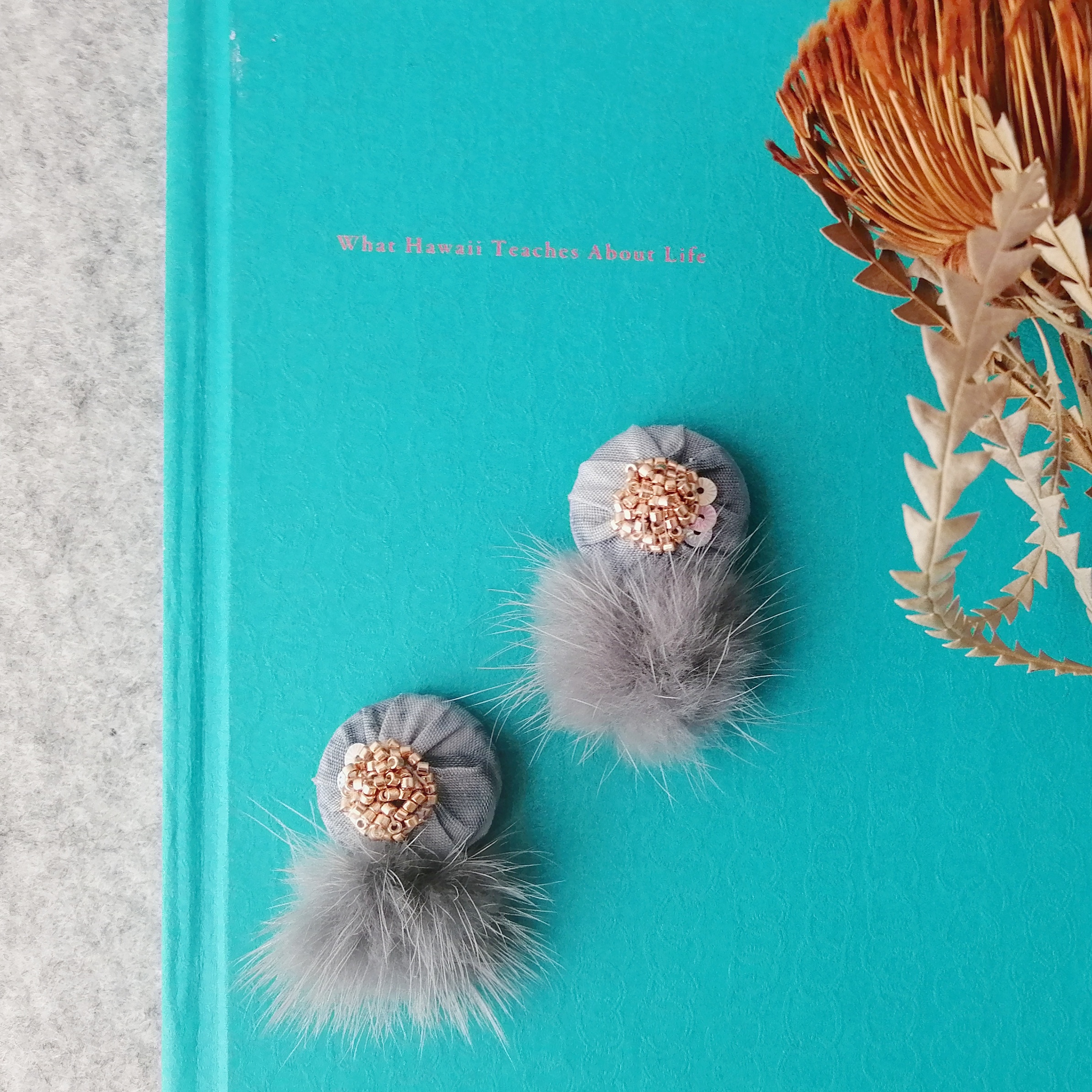 一枚の布から創り出す楽園の花。秋冬ムードの【PUALANI❁イヤーウエアー】