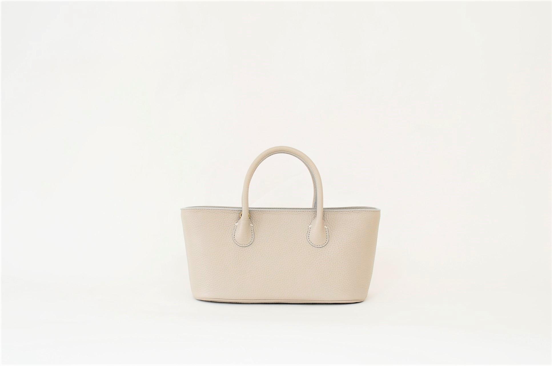 シンプルながらも程よく個性的な横長ハンドバッグ