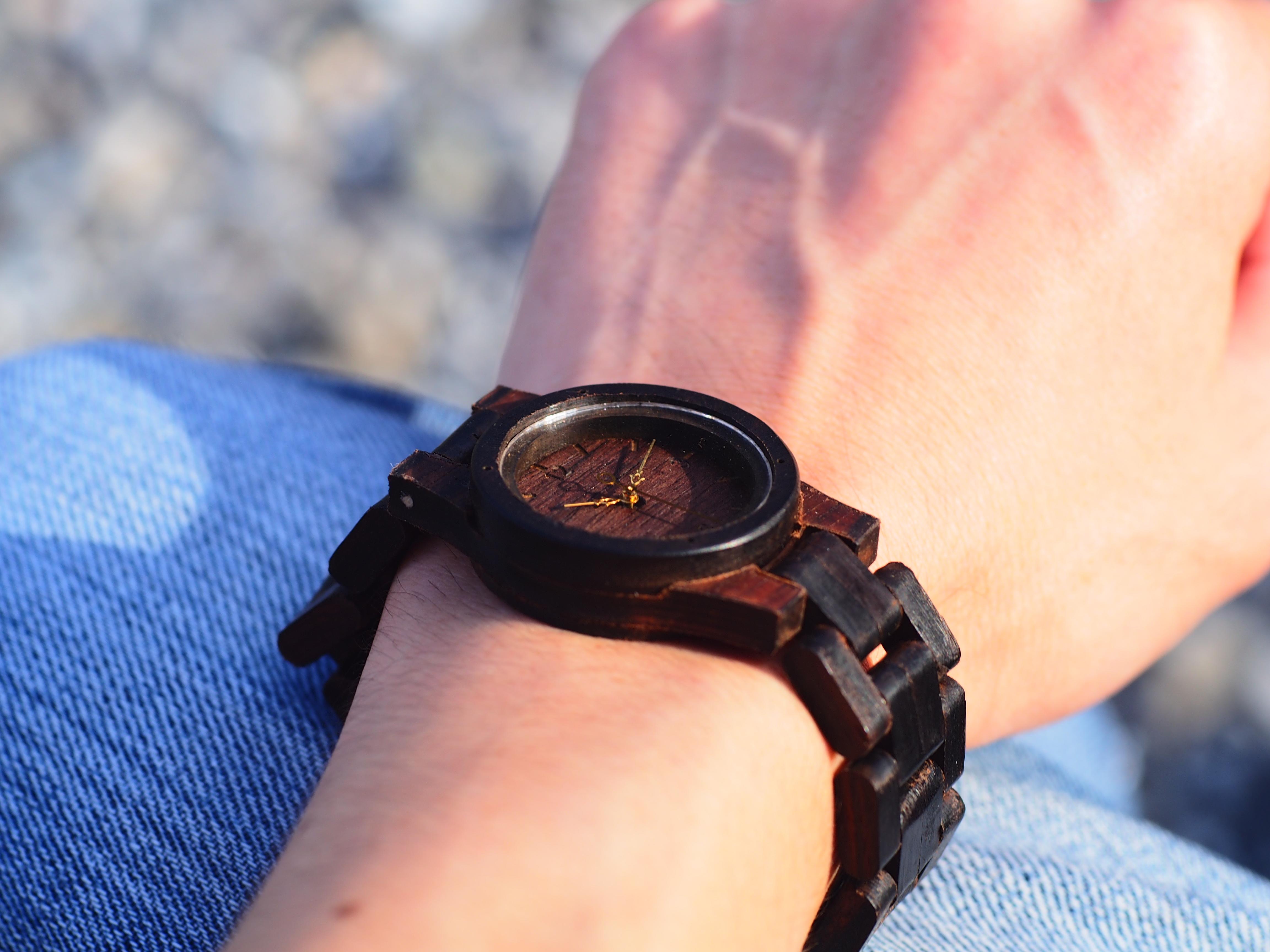 """フォーマル・カジュアル共に似合う、伝統ある銘木""""黒檀""""木製腕時計"""