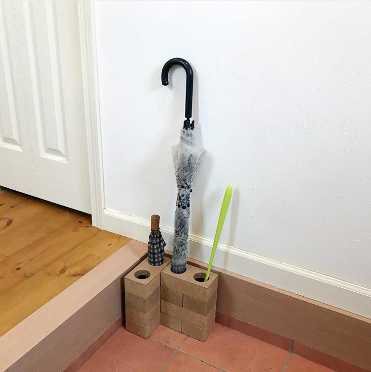 玄関スペースに合わせて組み替えられる傘立て「レンブロック アンブレラスタンド」