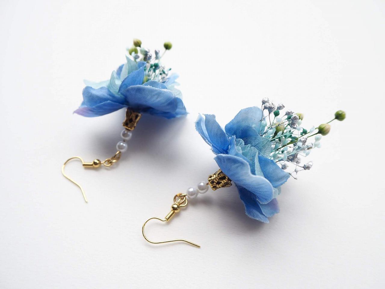 小さな花束をお出かけのお供に。華やかなフラワースワッグピアスを身につけた鮮やかな暮らし