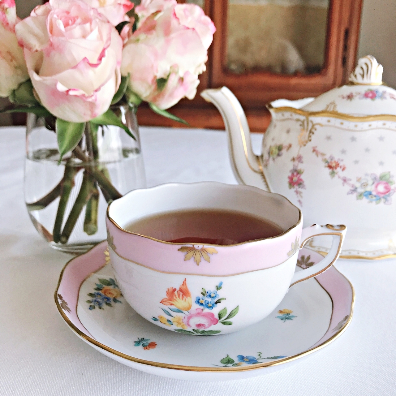 一輪のバラとチューリップの花束で、愛を表現したティーカップ