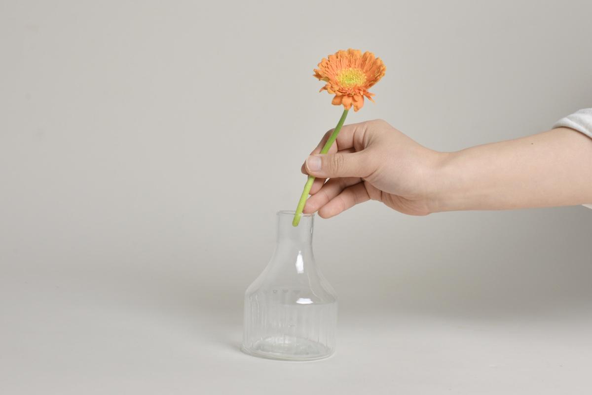 部屋に花を飾って癒しの空間を。再生ガラスで作られたフラワーベース