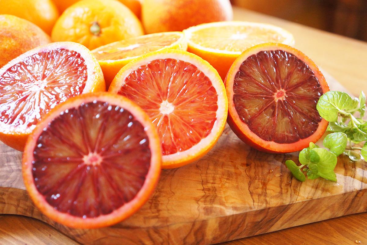 芳醇な香りと果汁が溢れ出す福岡県能古島の「ブラッドオレンジ」