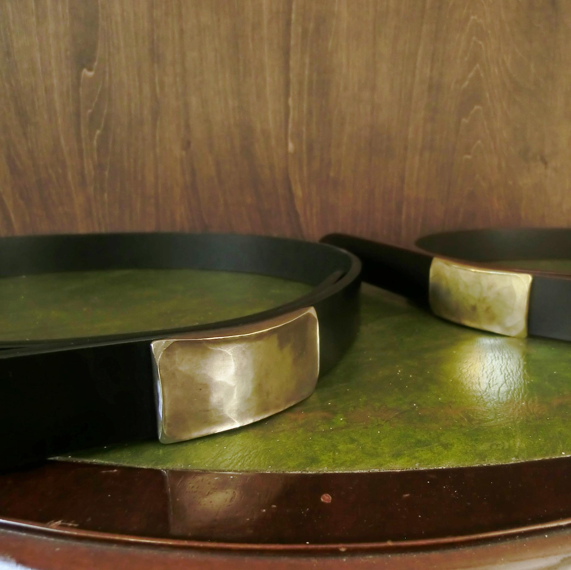 英国ブライドルレザーのベルト、ハンマーワークで作る唯一無二のハンドメイドバックル