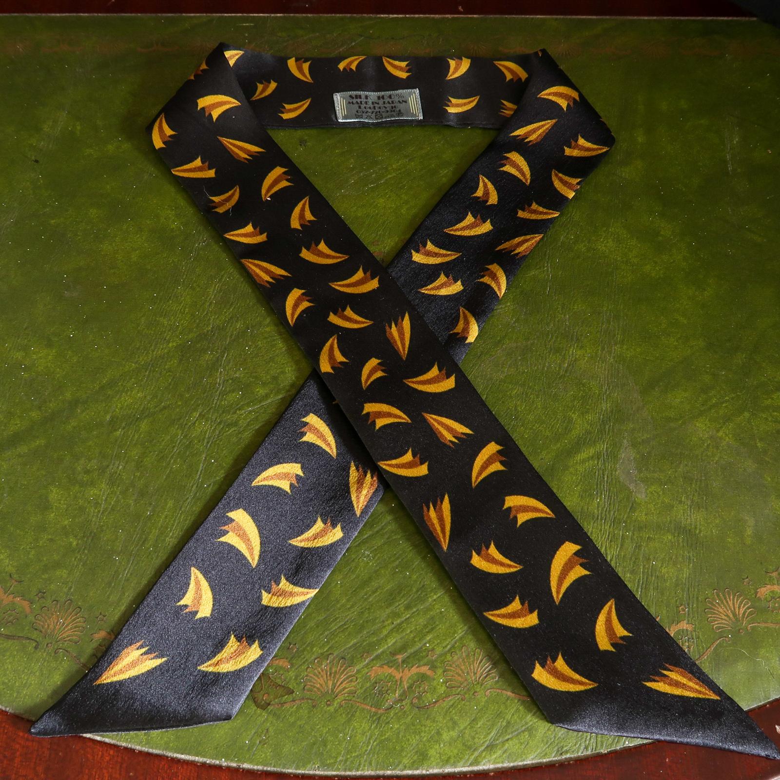 ヴィンテージデザインのスカーフが入荷しました。