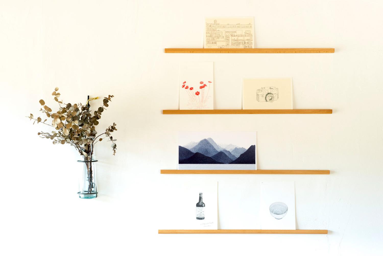 「ポスレイト」でお気に入りのポストカードを飾って、お部屋を素敵に楽しく♪