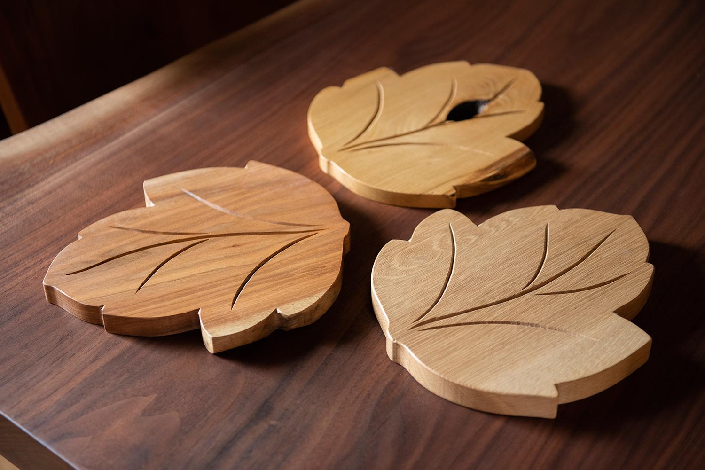 実用性もユニークさも両立。銘木の鍋敷きが、調理や食事に楽しさを添えてくれます。