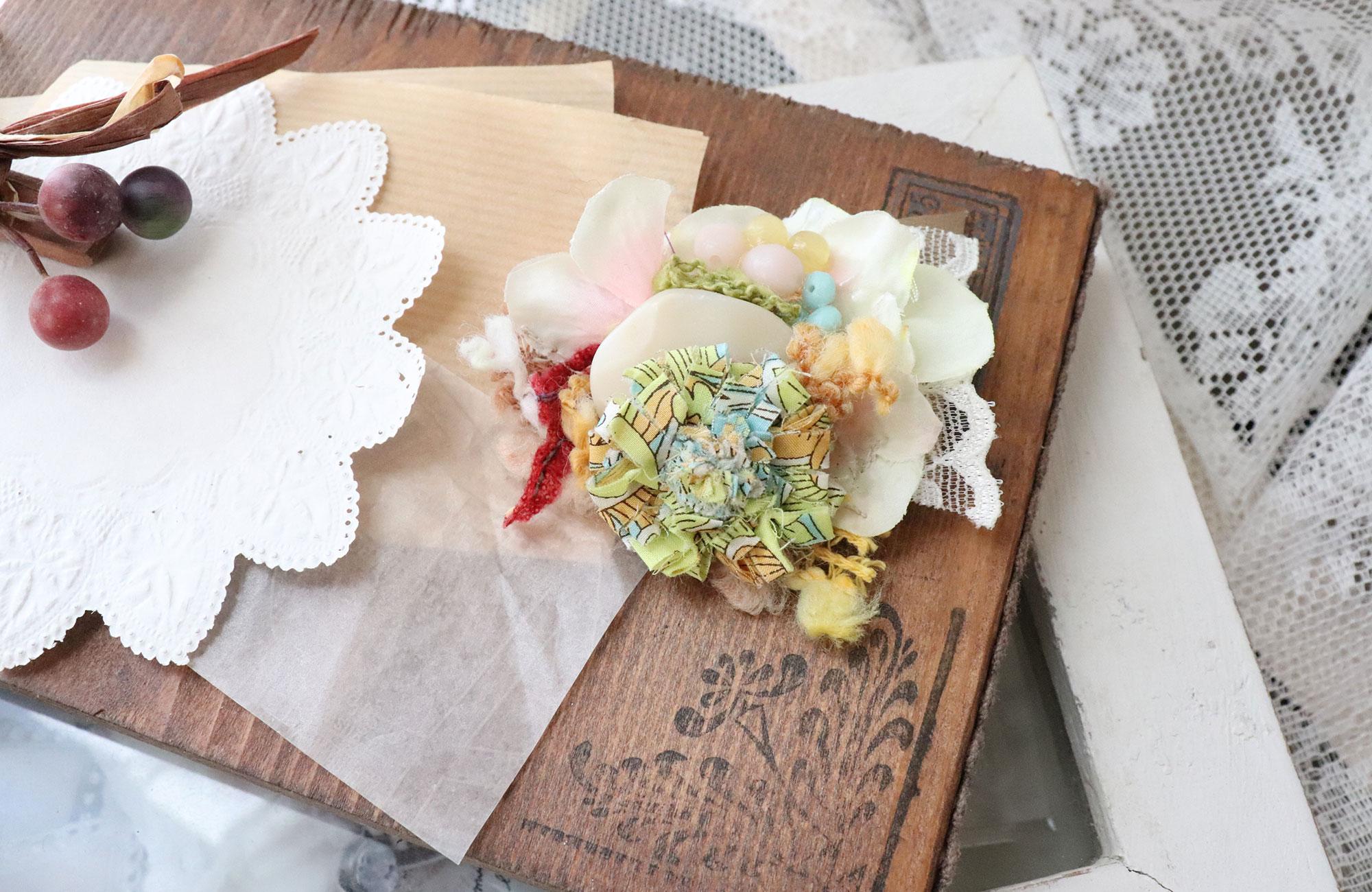 【新作】ビジューと布花をコラージュしたブローチをアップしました!