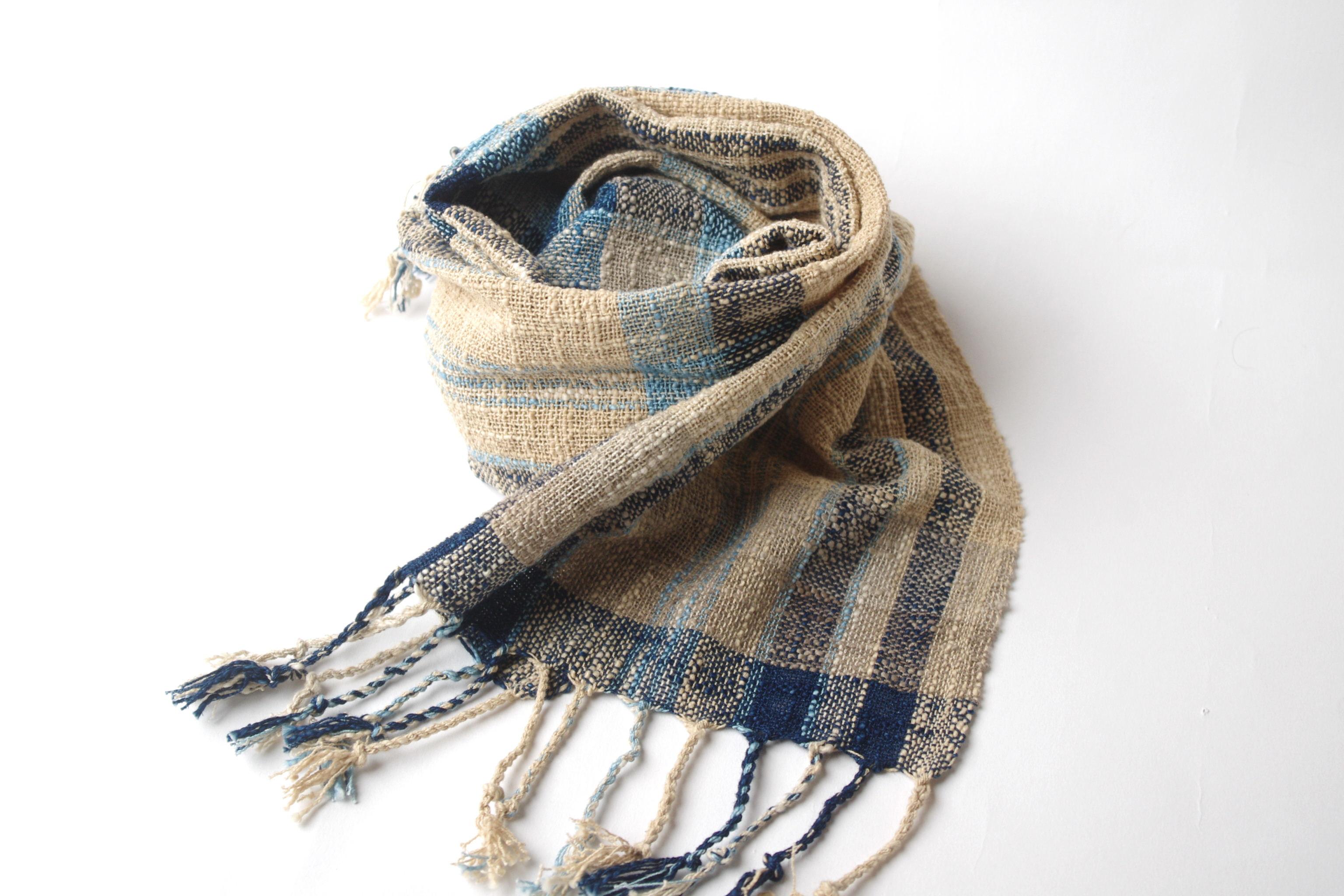 夏のファッションに印象的なアクセント。粋な藍色とナチュラルな草木染めのチェック柄木綿マフラーです。