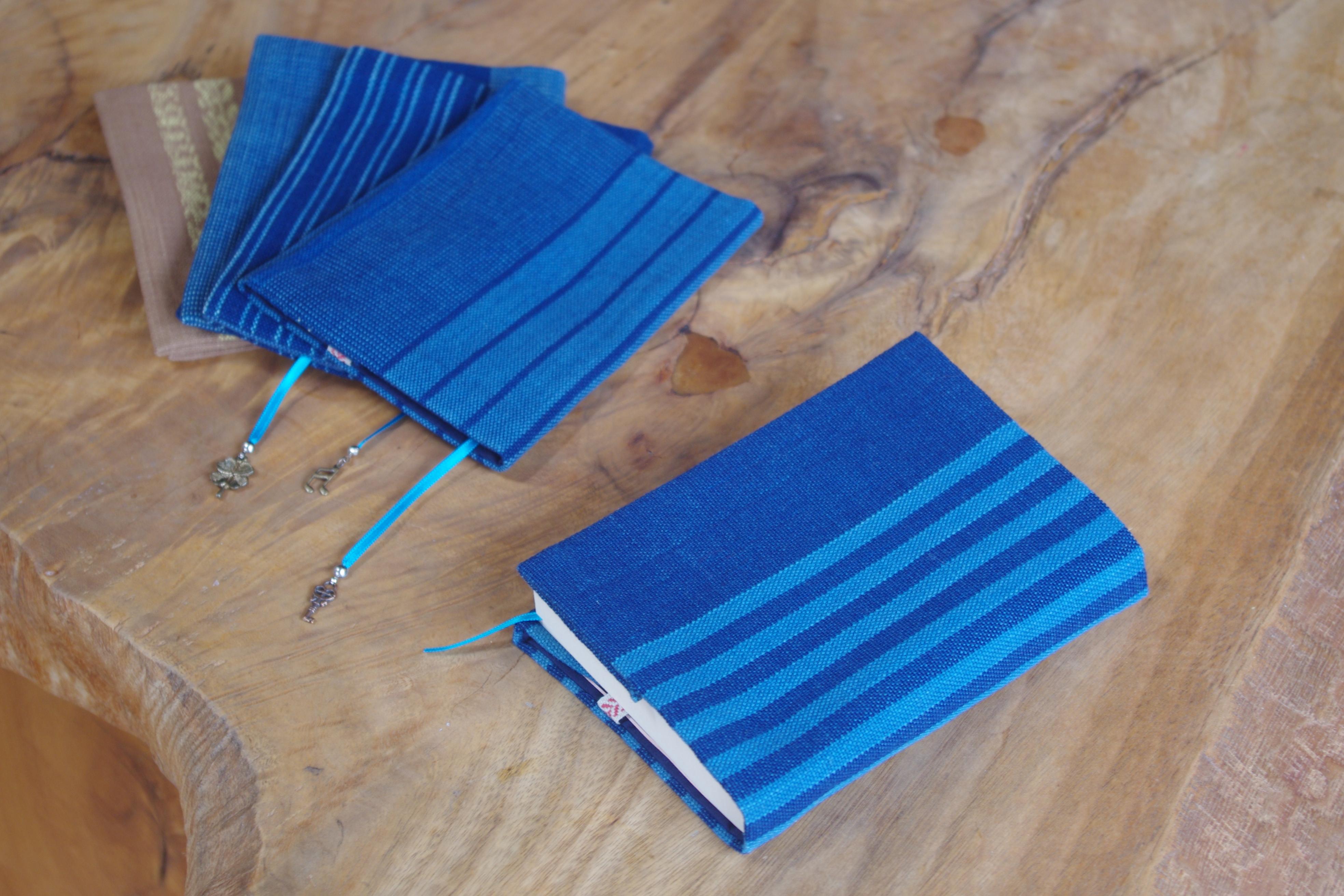 やっぱり読むのはデジタルよりも紙の本。読書のおともに落ち着いた藍色のブックカバーはいかがでしょうか。