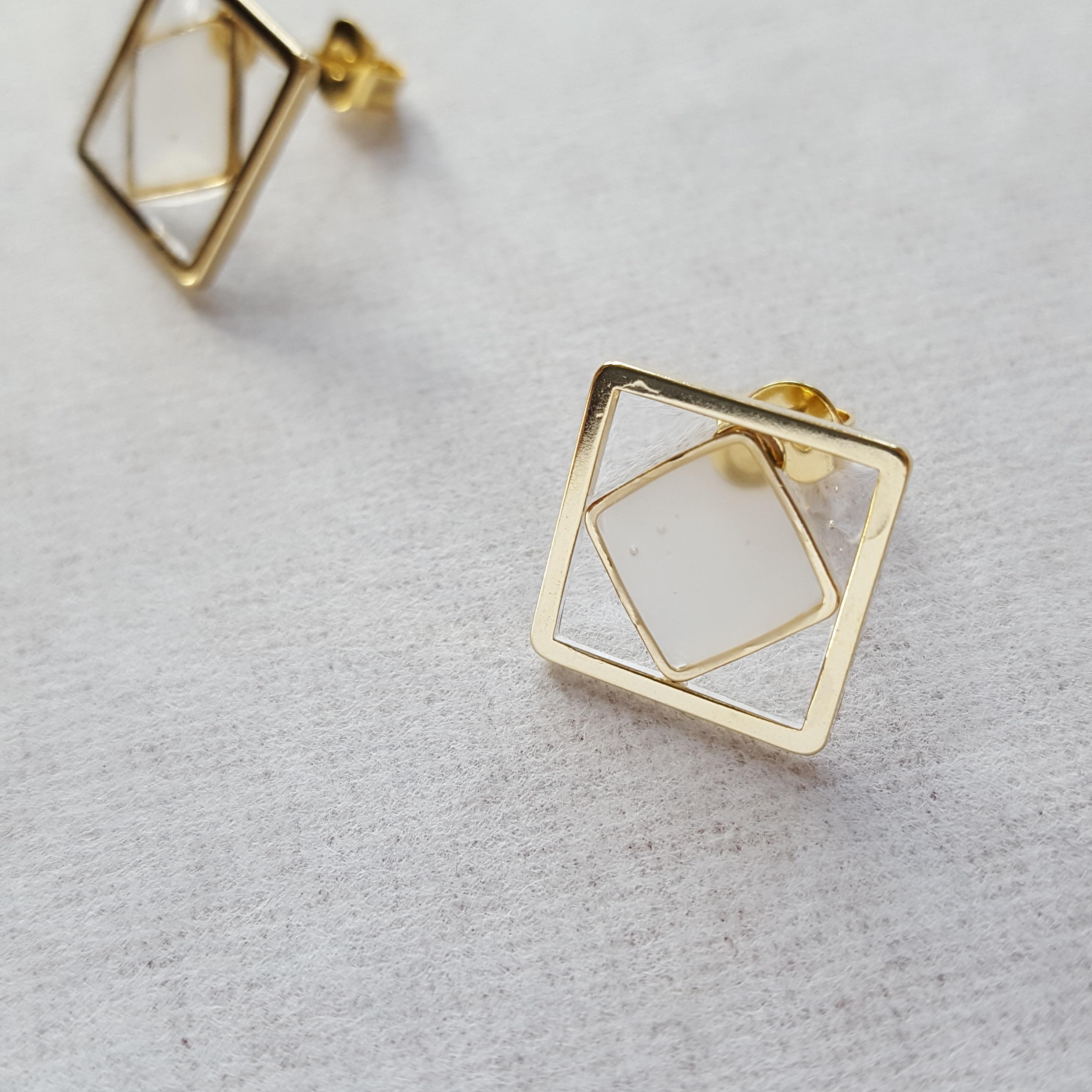 くもりガラスとゴールドの奏でる上品アクセサリー|シンプルで凛とした女性へ贈る