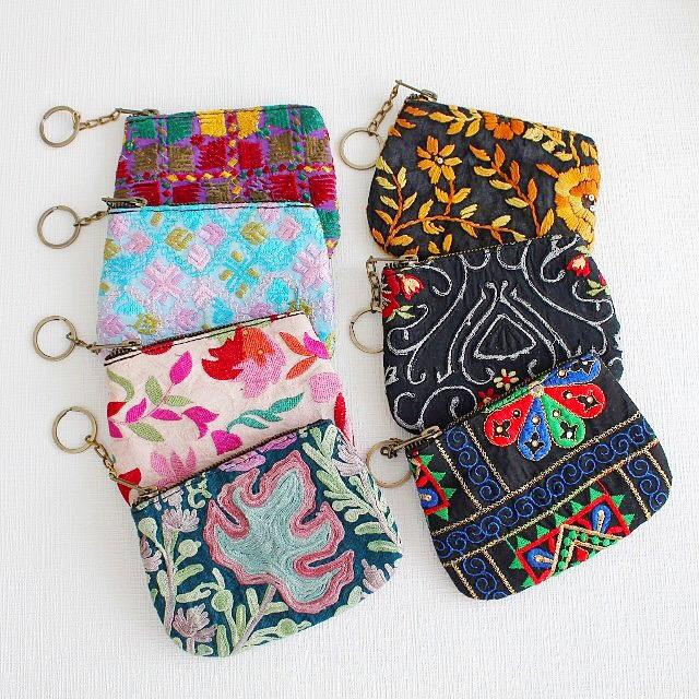 ゴージャスな刺繍が目を惹く、刺繍ミニポーチ