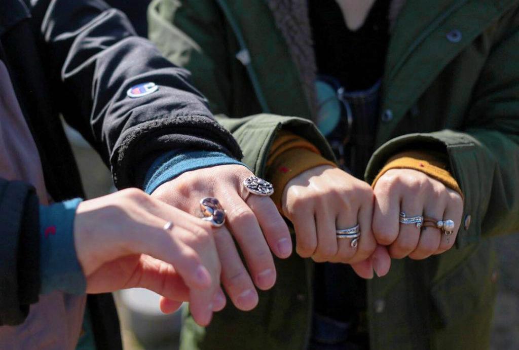 手がキレイに見える!暖めアクセサリー「リストマフラー」で楽しむカラフルファッション