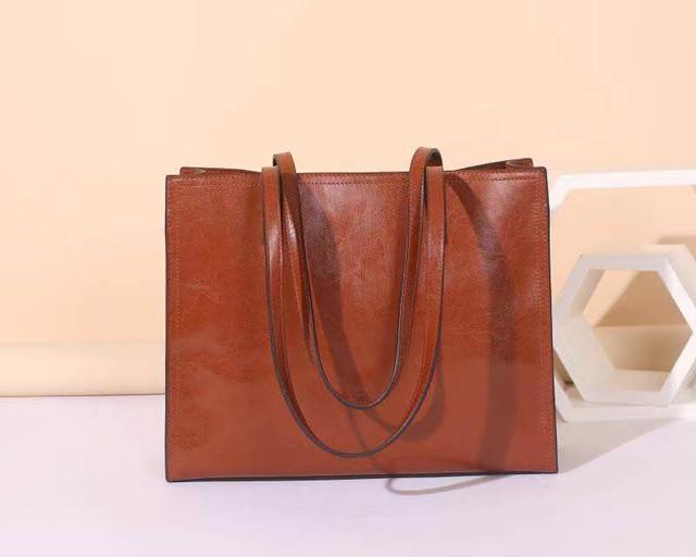まもなく母の日、お母様へのプレゼントに最適な定番の本革角型トートバッグ