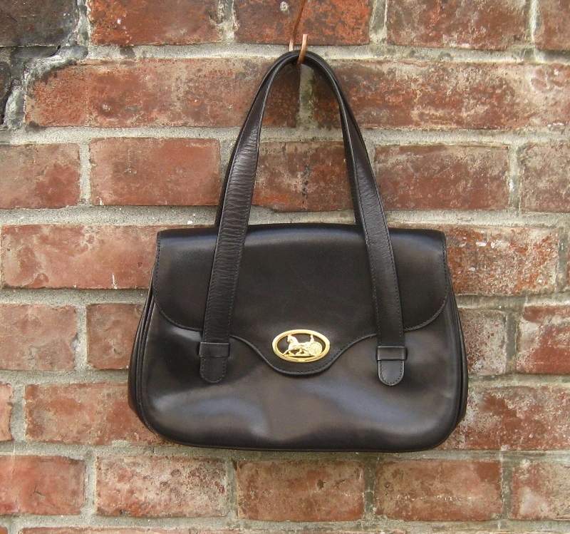 CELINEの大人気馬車金具の珍しいハンドバッグが入荷しました。