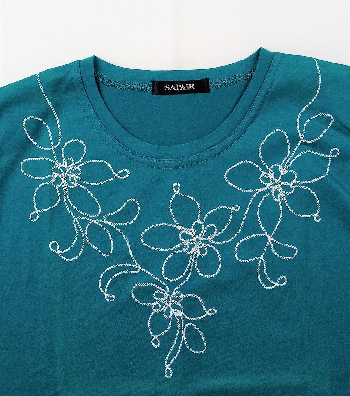 フォレストグリーンのTシャツ