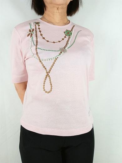 ネックレスを付けているようなピンクのTシャツ