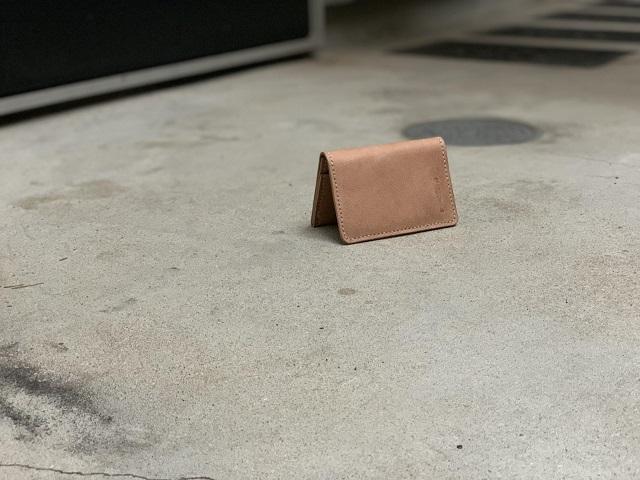 ヌメ革の経年変化をお楽しみいただける贈り物にオススメのカードケースのご紹介です。