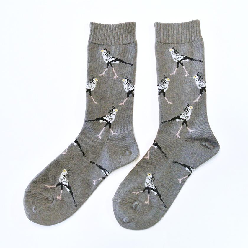 強烈なキックで獲物を弱らせる鳥「ヘビクイワシ」デザインの個性的な靴下