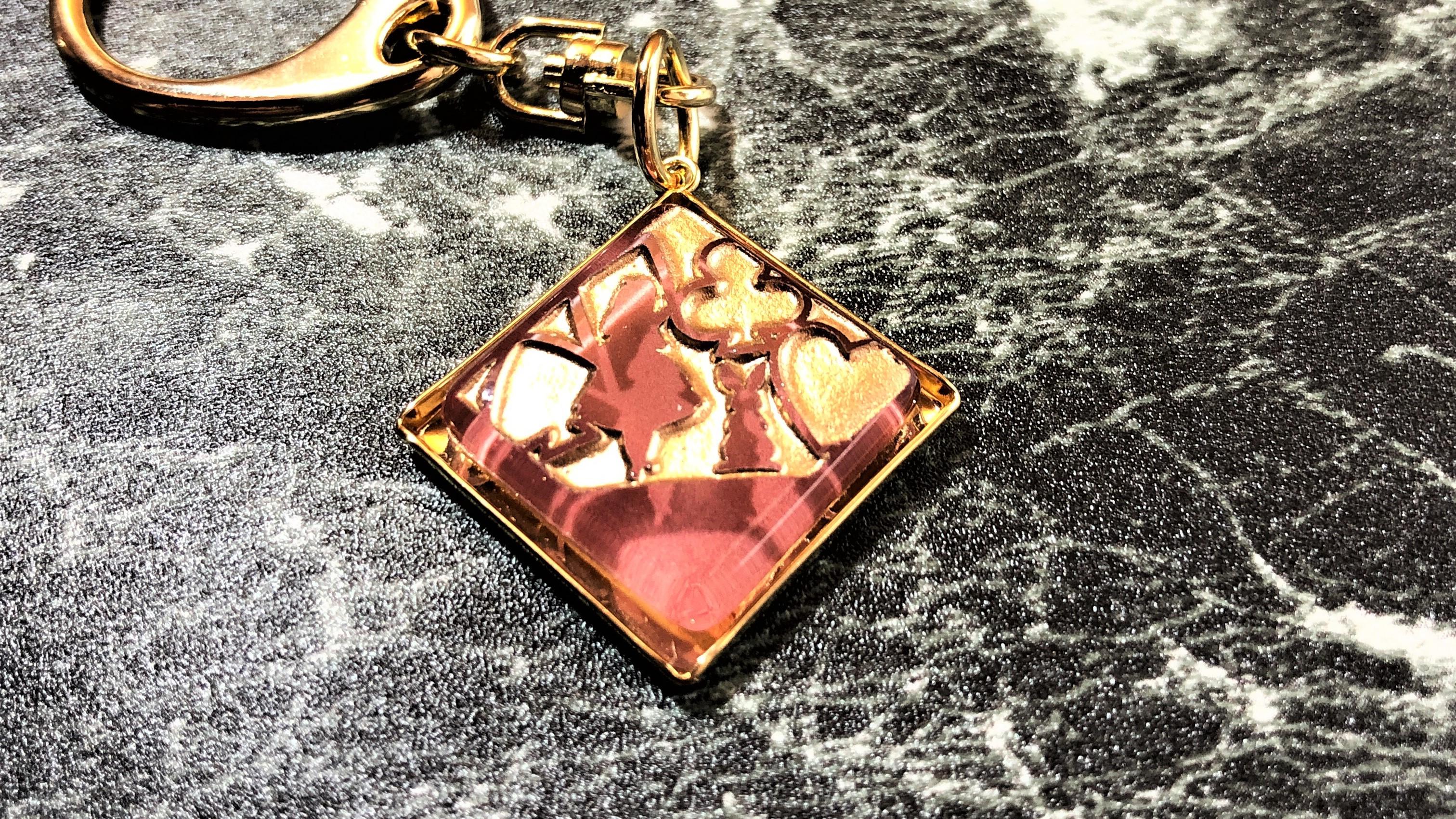 不思議の国のアリスモチーフの「ガラス彫刻バッグチャーム|アリス(ピンク&ゴールド)」