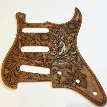 定番のギターもオンリーワンのギターに変身。本革製ピックガード。