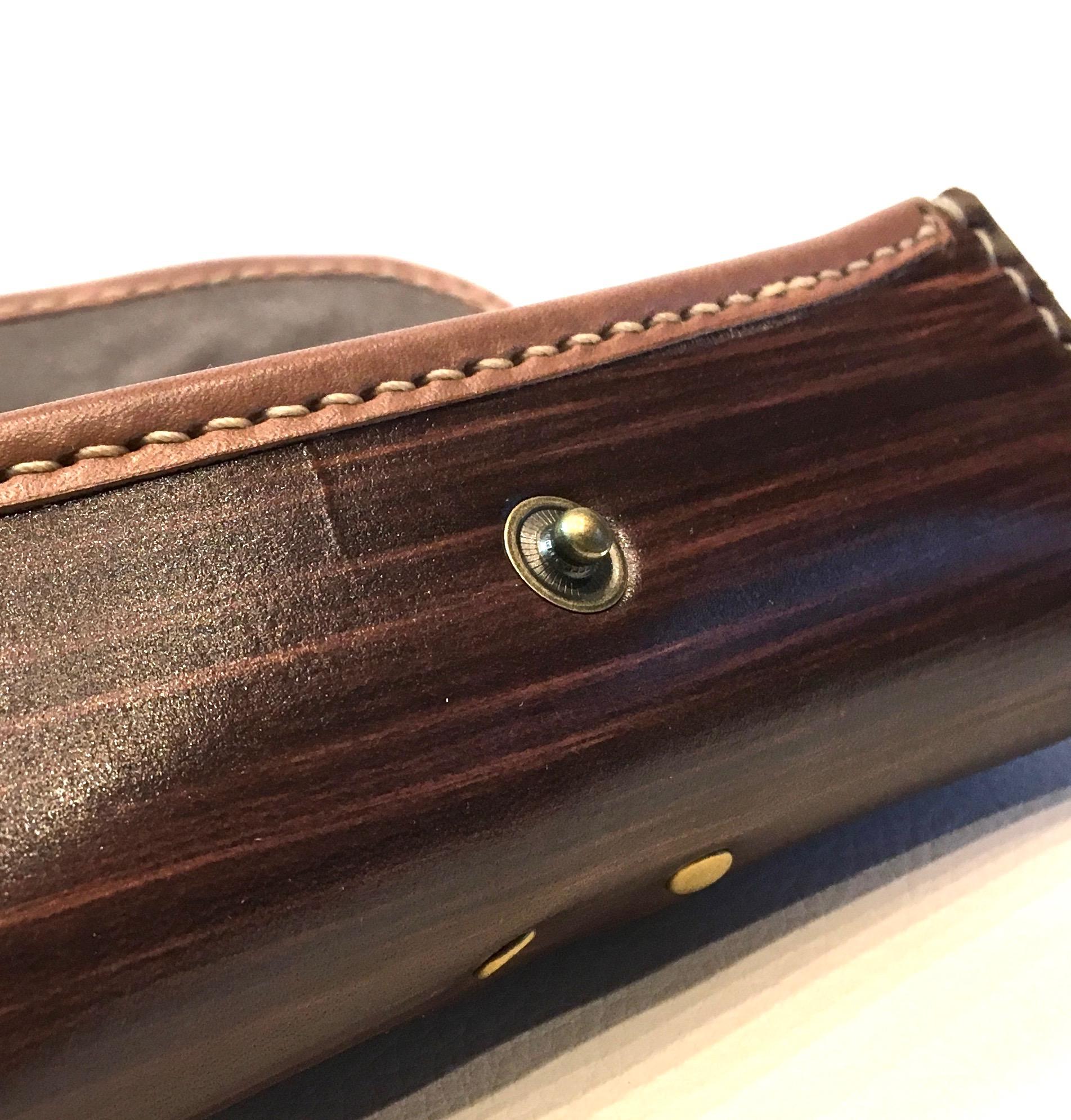 敬老の日ギフトにも最適! 贅沢な本革製のケース