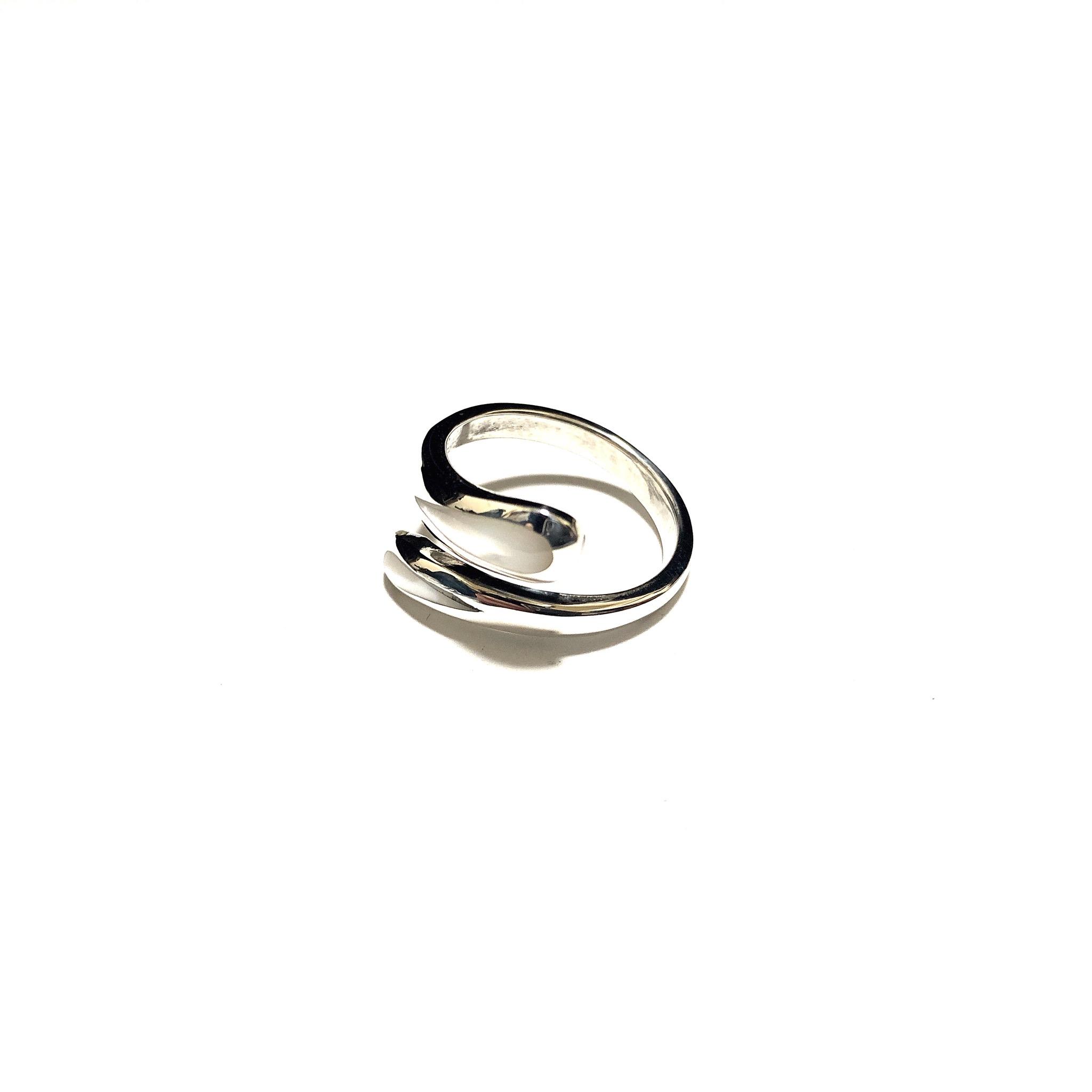 女性の方に大人気! 指元を鮮やかに飾るアクセ シルバー925 リング シェルホワイトの登場
