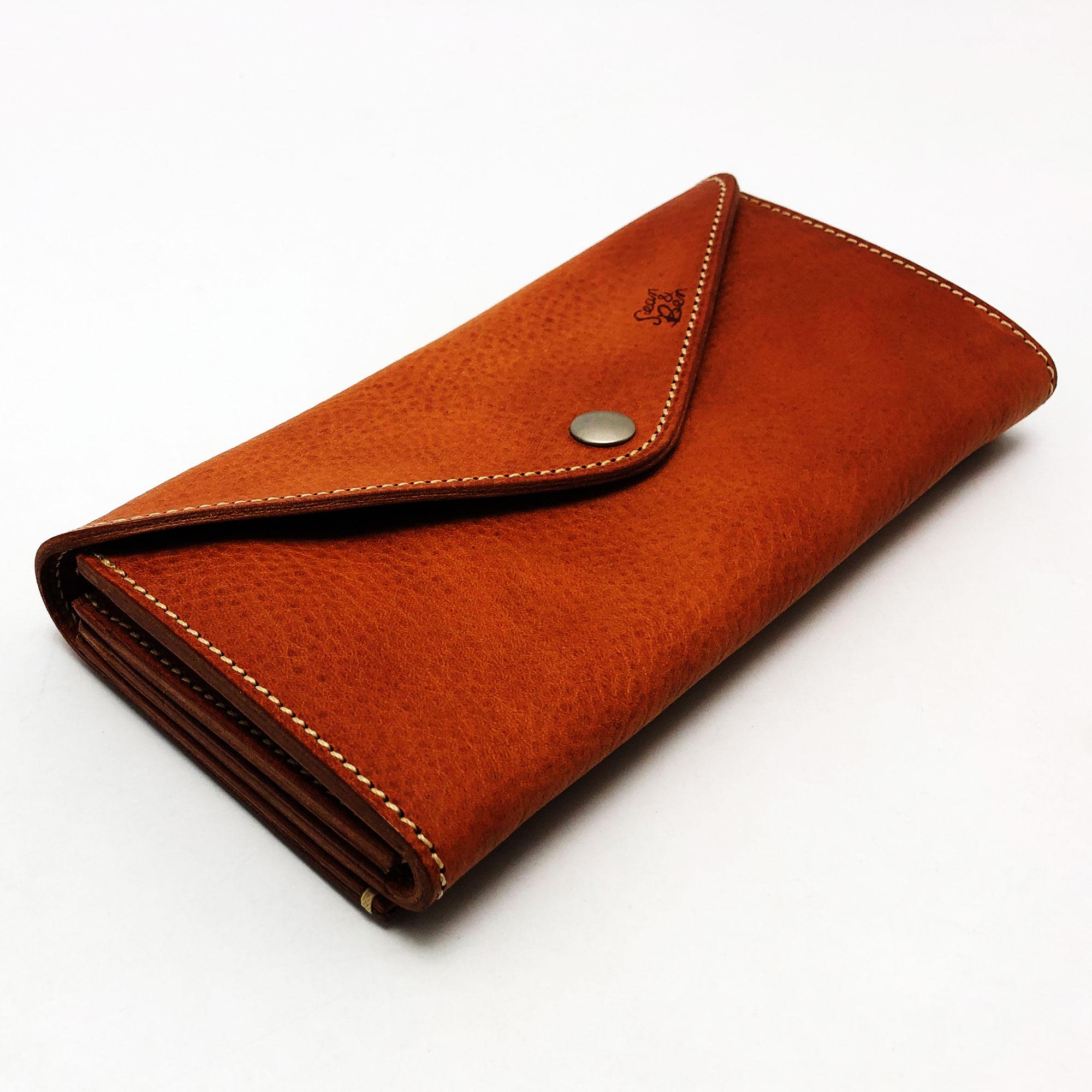 バッグ要らずの収納スペース。 これ一つで出かけられる財布です。