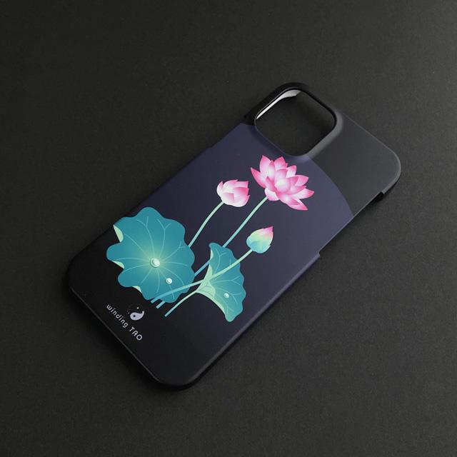 シックなカラーを背景に鮮やかに咲く 蓮の花のiPhoneケース