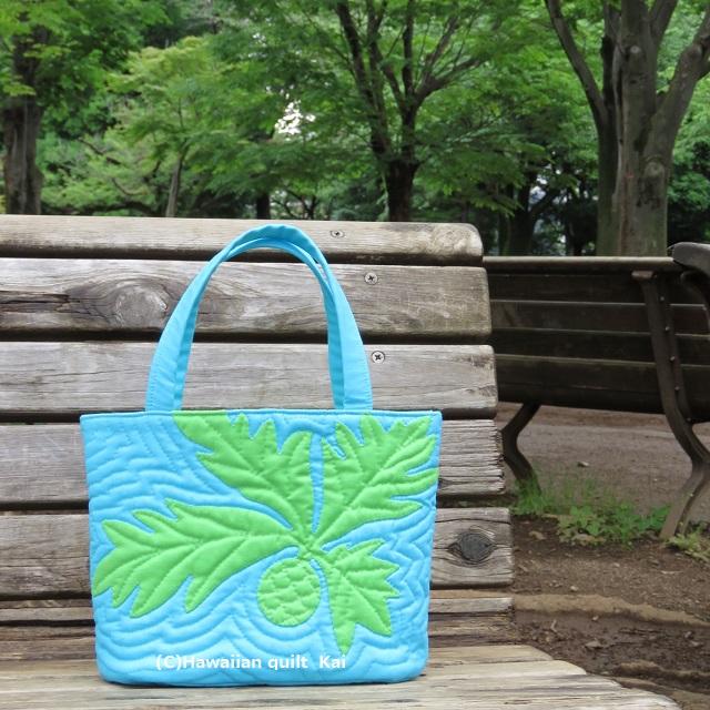 爽やかなランチバッグ 空の青さとパンの木の緑