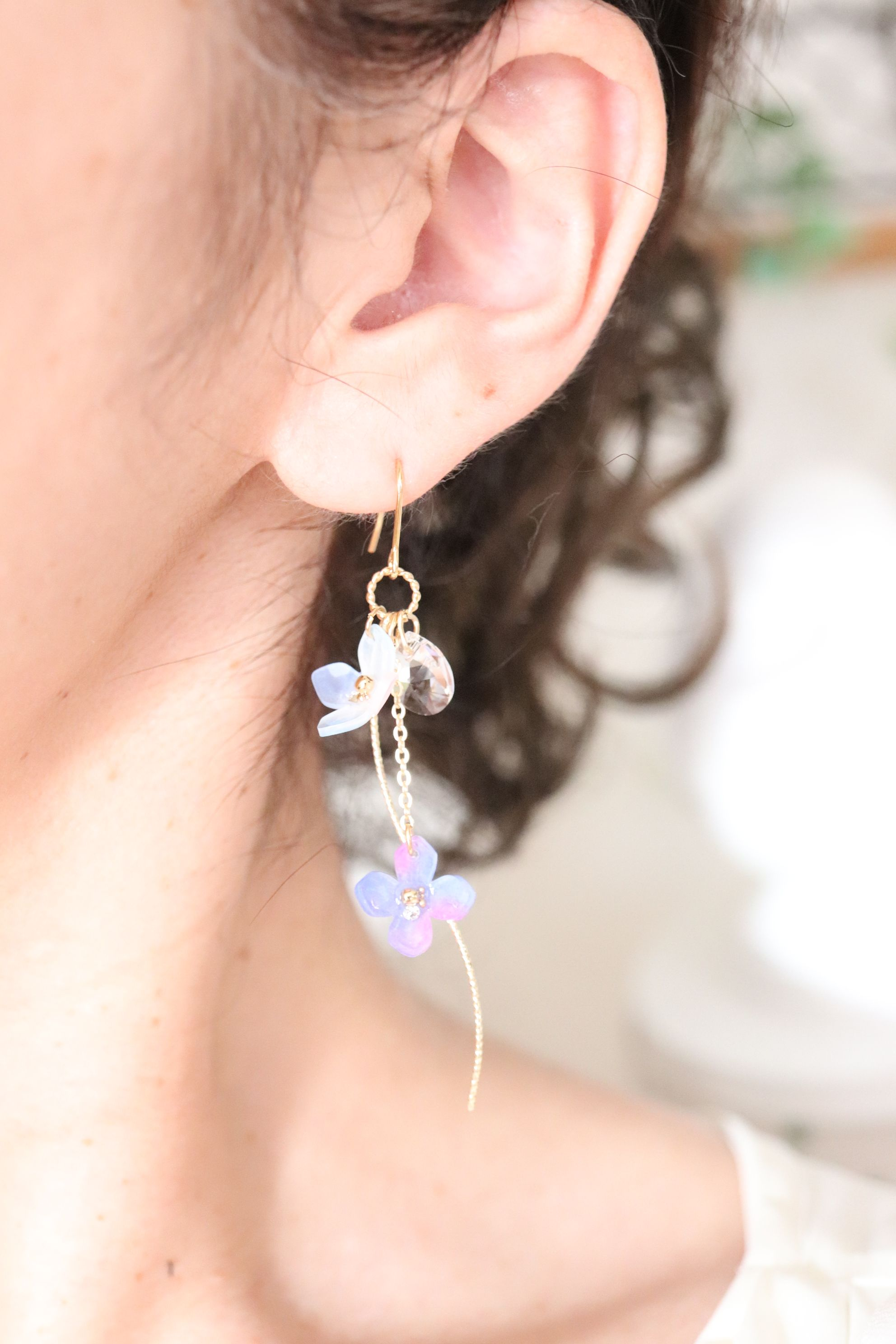 浴衣に似合う、お洒落な揺れる紫陽花、スワロビジューのピアス/イヤリング