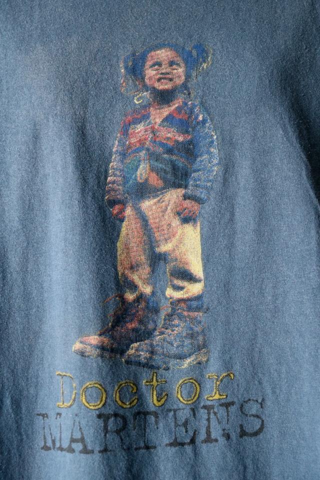 027 歴史あるシューズブランド Dr.Martens のプリントTシャツ