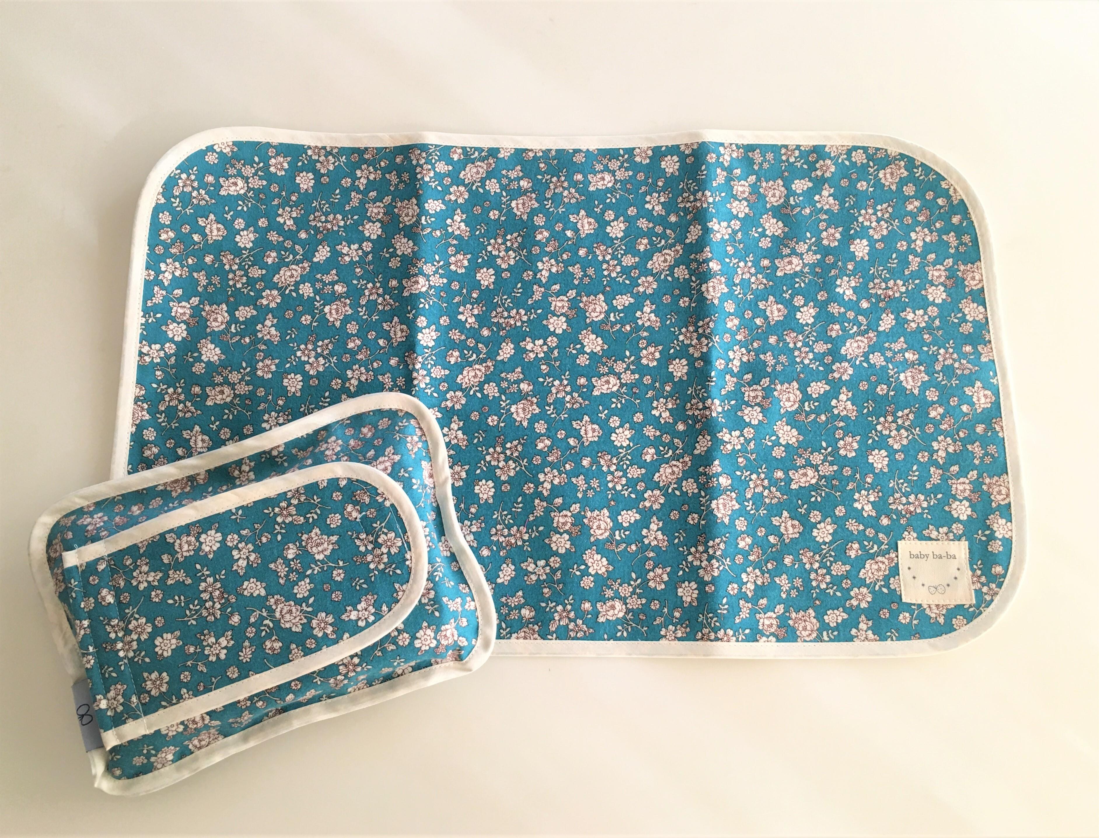 おむつ替えシートと布製のおしりふきケースお揃いセット・青の小花柄