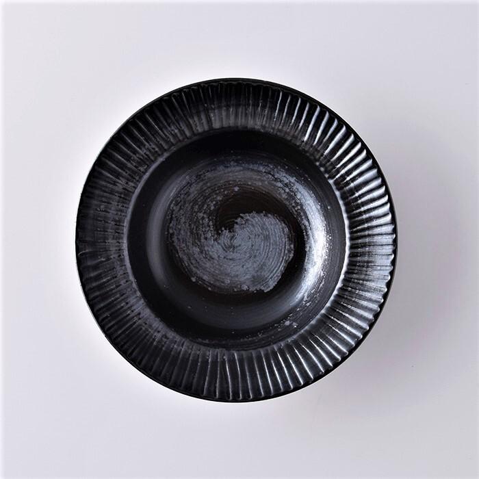 こくようせき】黒曜石鎬彫錆渦紋 7寸リム付多用皿   乃利陶窯 ...