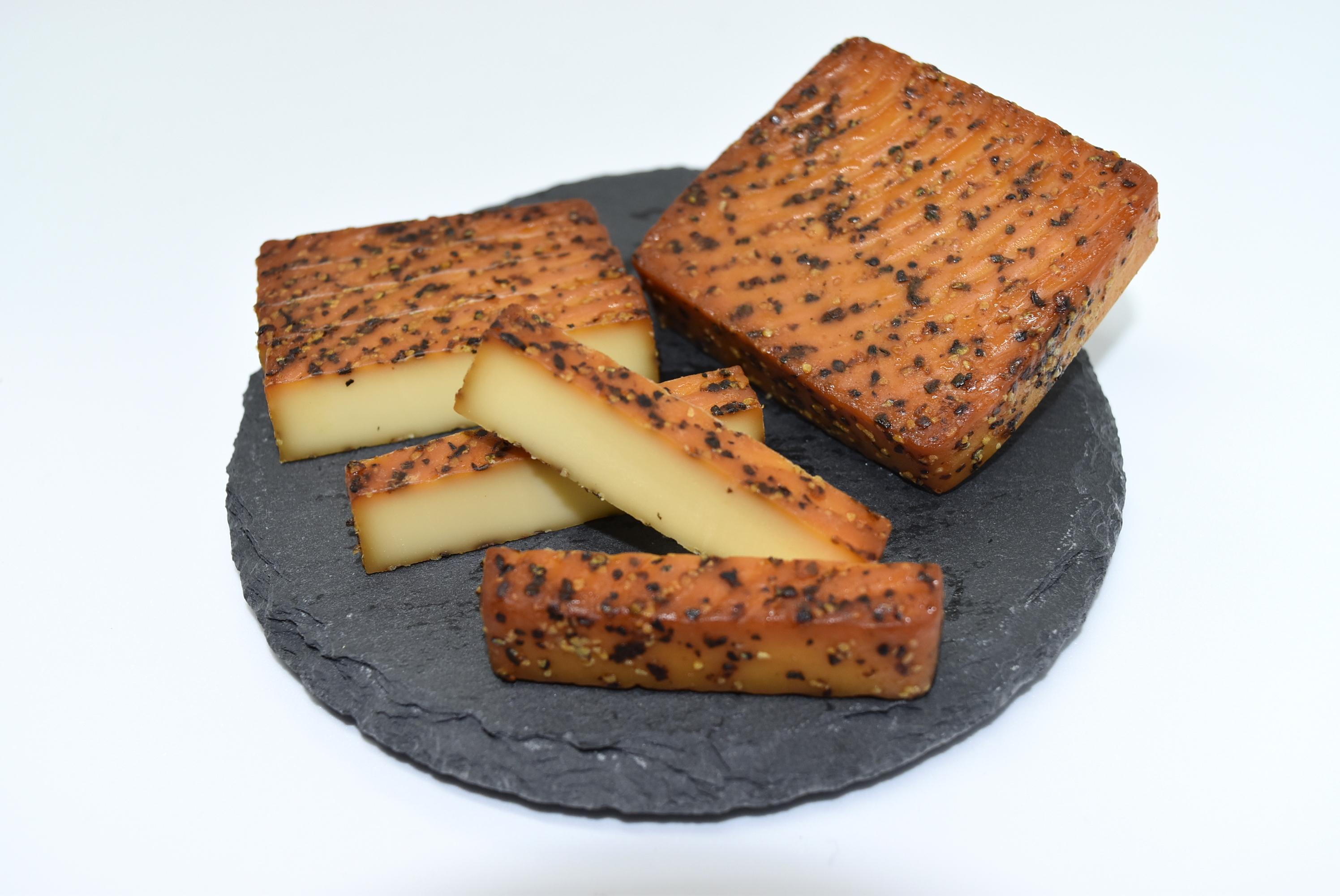 チーズの燻製(ブラックペッパー)