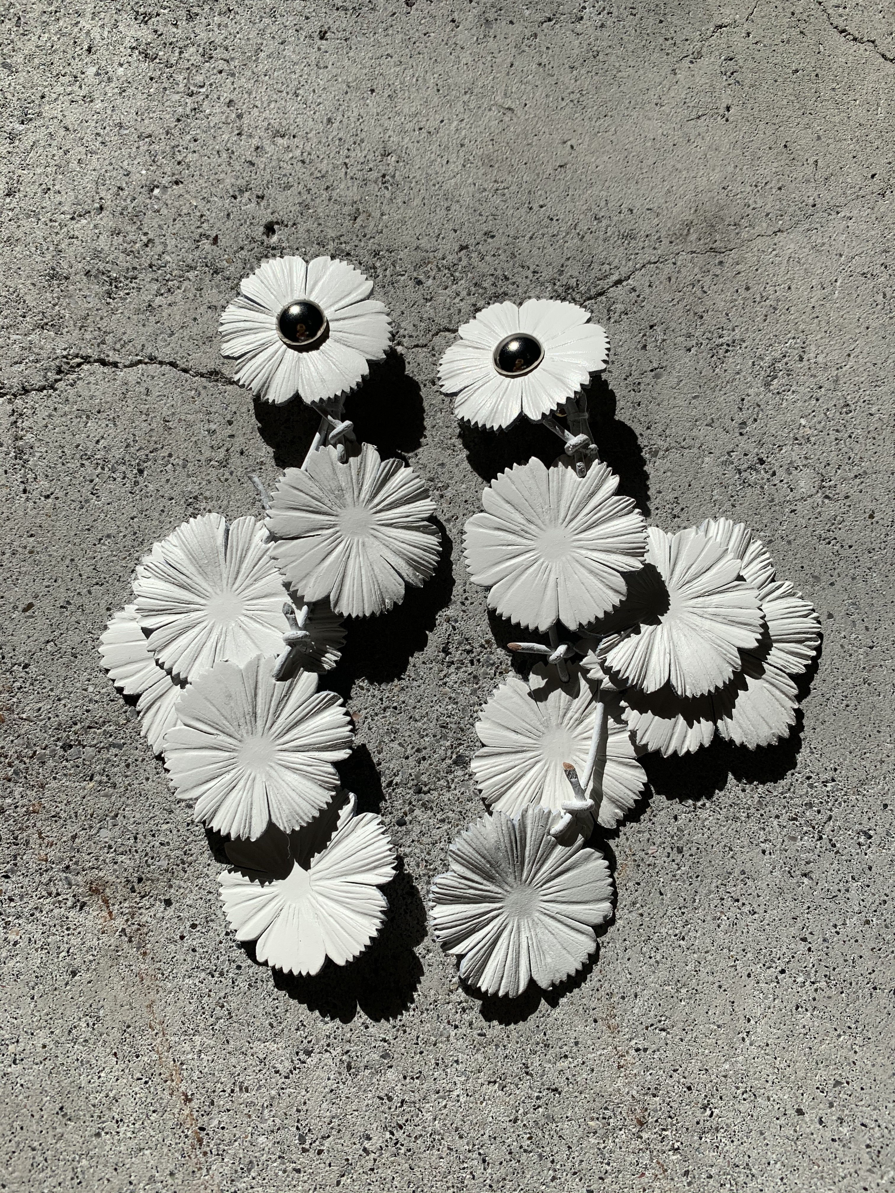 FUMIE=TANAKA   leather flower earring (WHITE)