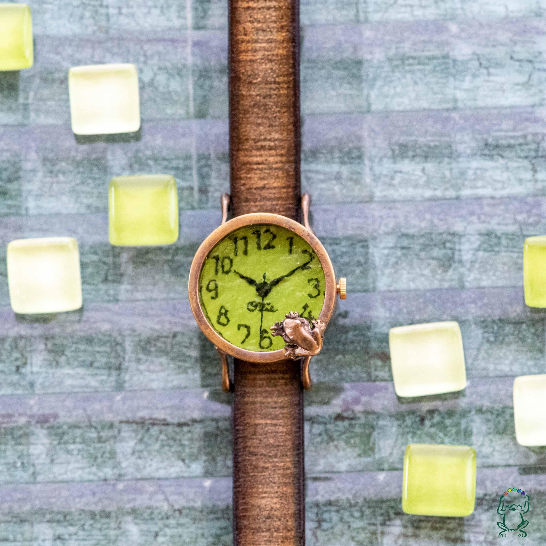 池をのぞく蛙腕時計Sライム
