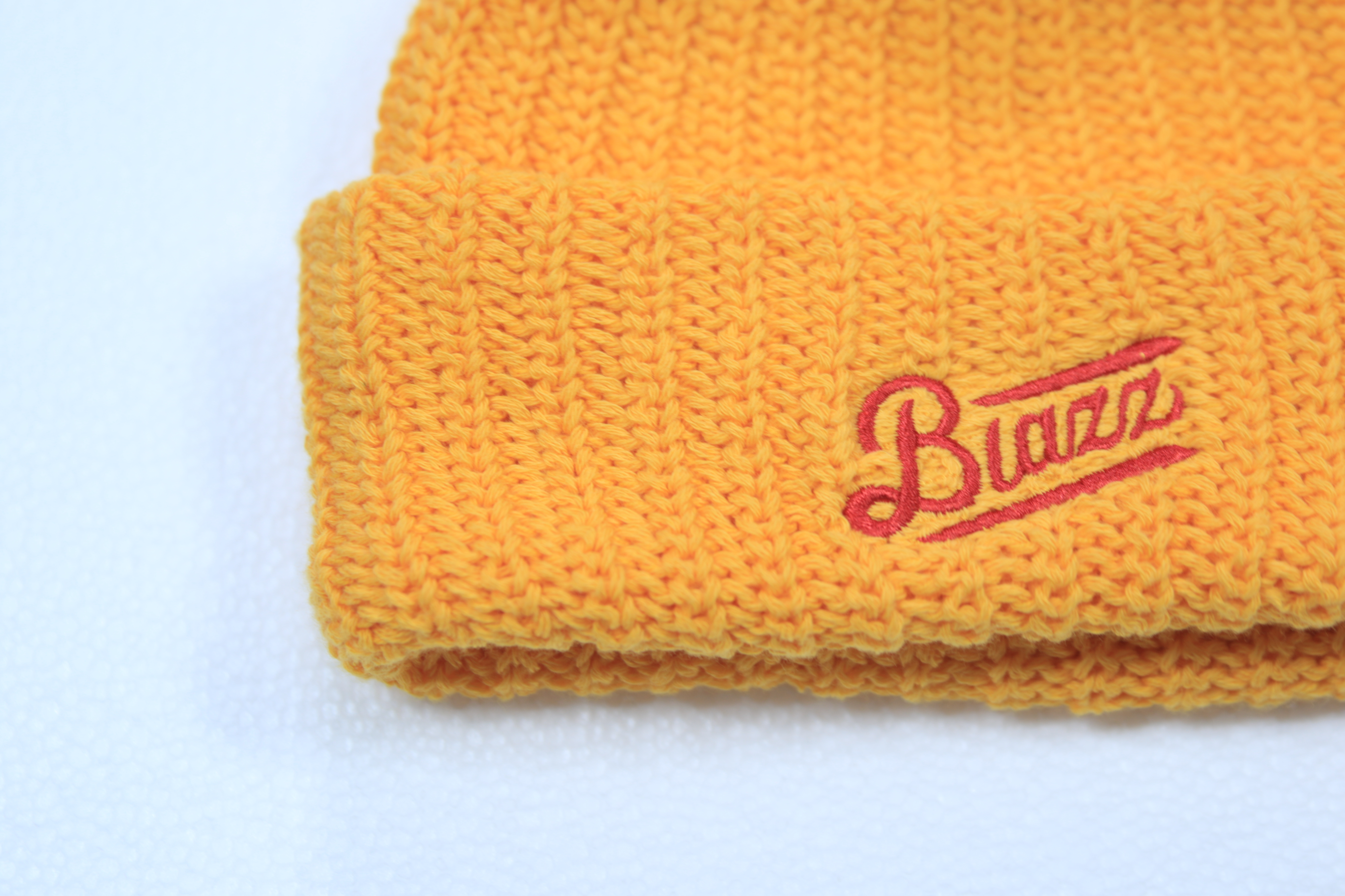 LOGO SHORT BEANIE [GOLDYELLOW x RED]