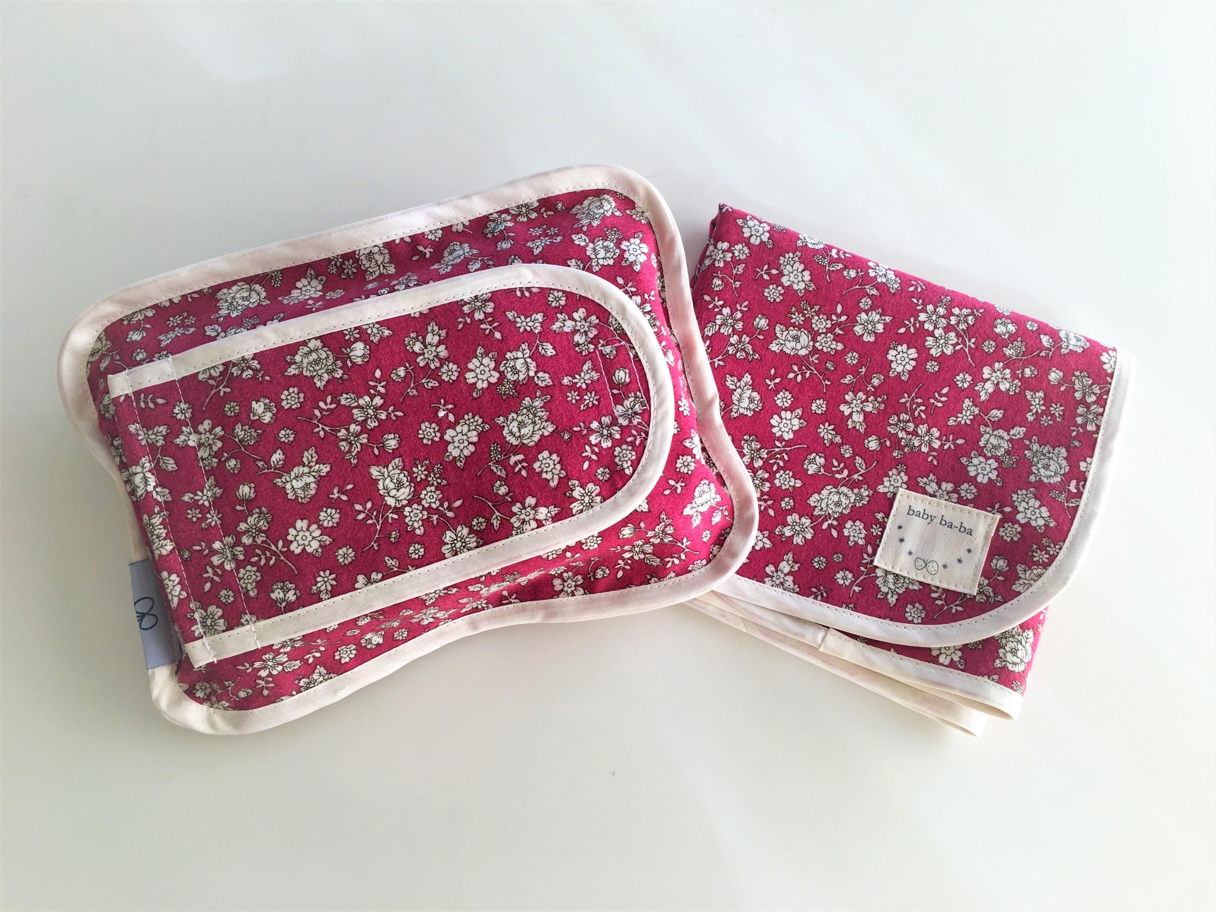 おむつ替えシートと布製のおしりふきケースお揃いセット・赤の小花柄