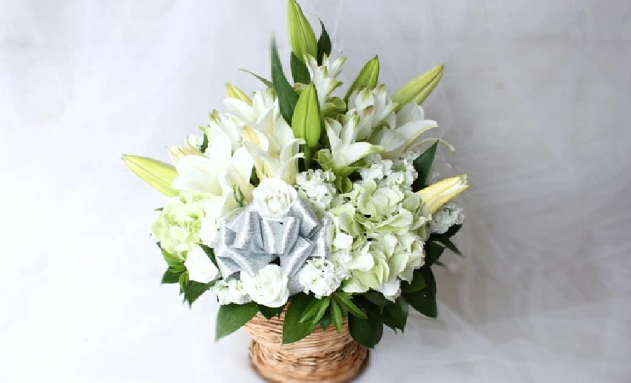 お盆企画! 大輪の白ユリの洋風お供え生花アレンジメントご提案。