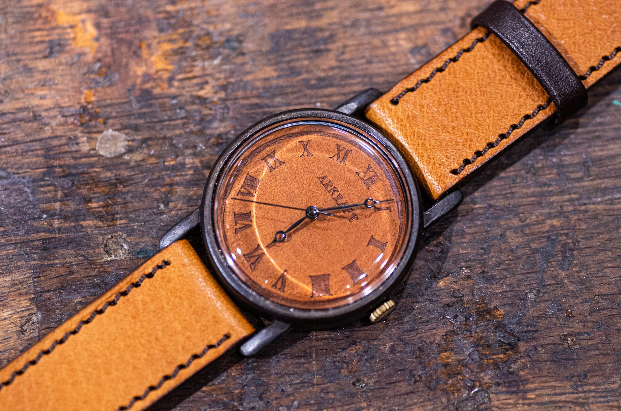 焼き印でローマ数字を入れた革文字盤の大き目の腕時計(Dennis Large/店頭在庫品)