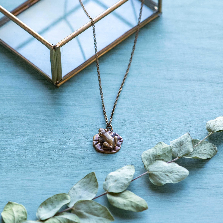 蓮の葉に乗る蛙の真ちゅうネックレス