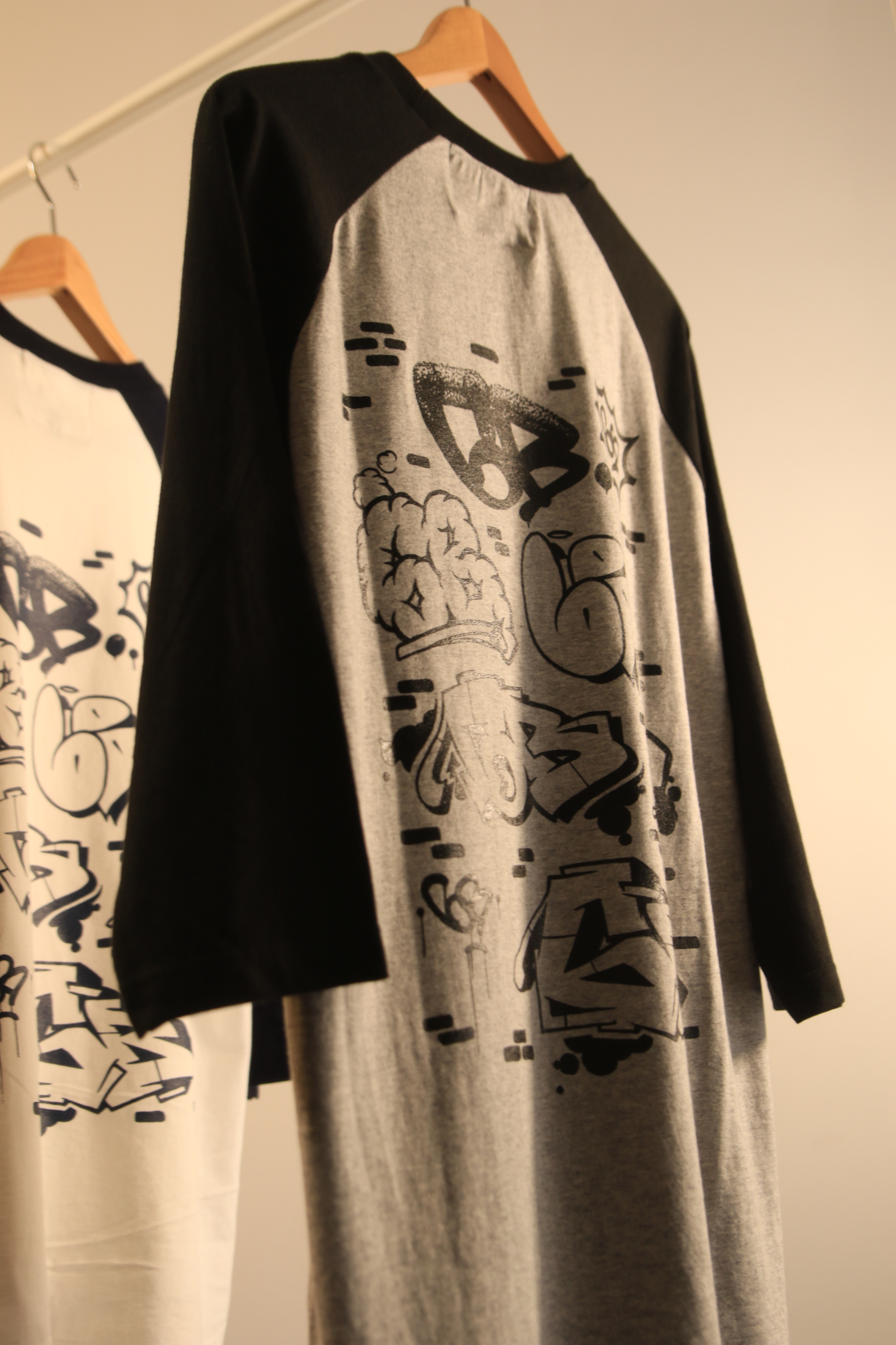 6th Wall by ATOMONE raglan 3/4 sleeve [ GRAY x BLACK ]