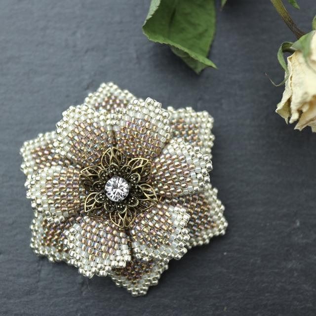 伽羅色のビーズで編んだ花のブローチ